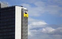 Le groupe pétrolier italien Eni, qui a vu ses bénéfices progresser au quatrième trimestre, s'attend à produire davantage de pétrole et de gaz en 2013. /Photo prise le 8 février 2013/REUTERS/Alessandro Bianchi