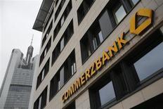 """Вывеска Commerzbank на штаб-квартире банка во Франкфурте-на-Майне 12 февраля 2013 года. Commerzbank, второй крупнейший банк Германии, намерен выделить немного больше денег на покрытие убытков от """"плохих"""" кредитов в этом году, поскольку экономическая обстановка ухудшается. REUTERS/Lisi Niesner"""