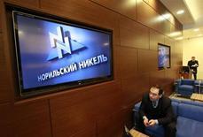 Мужчина сидит перед экраном в офисе компании Норильский никель в Москве, 28 января 2013 года. Норильский никель, который в течение многих лет отказывался от работы с крупными трейдерами, может начать сотрудничество с Glencore или Trafigura, сообщила компания. REUTERS/Sergei Karpukhin
