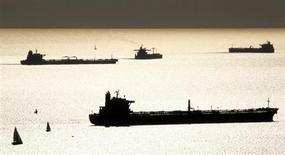 Нефте- и газоналивные танкеры в гавани Марселя 27 октября 2010 года. Цены на нефть снижаются в пятницу после выхода слабых экономических данных еврозоны. REUTERS/Jean-Paul Pelissier