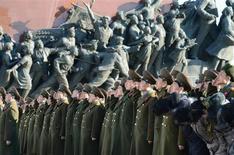 Soldados norte-coreanos são vistos ao fazerem saudação em Pyongyang. A Coreia do Norte disse à China, sua principal aliada, que está preparada para realizar mais um ou até dois testes nucleares este ano, em um esforço para tentar pressionar os EUA a participar de as negociações diplomáticas com Pyongyang, disse uma fonte com conhecimento direto da mensagem. 15/02/2013 REUTERS/Kyodo
