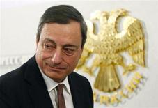 """Presidente do Banco Central Europeu, Mario Draghi, é visto após coletiva de imprensa em Moscou. Draghi afirmou nesta sexta-feira que considera as discussões sobre câmbio """"inapropriadas, infrutíferas e autodestrutivas"""". 15/02/2013 REUTERS/Grigory Dukor"""