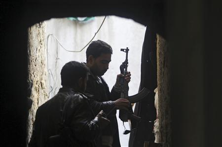 Members of the Free Syrian Army load their weapons during clashes with forces loyal to Syria's President Bashar al-Assad, in the old city of Aleppo February 15, 2013. REUTERS/Muzaffar Salman