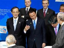 """El grupo de los 20 declaró el sábado que no habrá una """"guerra de divisas"""" y aplazó sus planes de establecer nuevos objetivos de reducción de déficit, en un indicio de la preocupación por el frágil estado de la economía mundial. En la imagen, el ministro japonés de Finanzas, Taro Aso (en el centro) y el gobernador del Banco de Japón, Masaaki Shirakawa (a la izquierda) se preparan para una foto de familia durante una reunión de ministros de Finanzas y banqueros centrales del G-20 en el centro de exposiciones Manezh, en Moscú, el 16 de febrero de 2013. REUTERS/Sergei Karpukhin"""