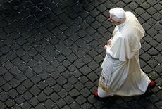 El Vaticano dijo el sábado que el cónclave para designar al sucesor del papa Benedicto XVI podría comenzar antes del 15 de marzo si hay suficientes cardenales en Roma para elegirlo. En la imagen, de archivo, el papa Benedicto XVI camina por el Vaticano en una de sus audiencias semanales. REUTERS/Tony Gentile/Files