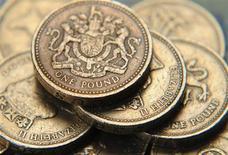 Pilha de moedas de libra no centro de Londres, Reino Unido. A libra pode ter que ser desvalorizada ainda mais, de forma a rebalancear a economia britânica, disse neste sábado o executivo do Banco da Inglaterra (banco central inglês) Martin Weale, enquanto ministros de finanças de vários países se encontravam em Moscou para discutir taxas de câmbio. 17/06/2008 REUTERS/Toby Melville