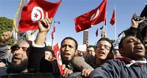 Des dizaines de milliers de personnes ont manifesté samedi dans le centre de Tunis pour soutenir le parti islamiste Ennahda, qui dirige le gouvernement, dix jours après l'assassinat de l'opposant de gauche Chokri Belaïd. /Photo prise le 16 février 2013/REUTERS/Zoubeir Souissi