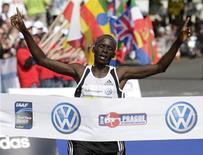 El tricampeón del mundo de los 3.000 metros lisos Moses Kiptanui dijo esta semana que el dopaje estaba presente en las pistas de atletismo de Kenia. En la imagen, de archivo, el atleta de Kenia Kiptanui cruzando la línea de meta en el maratón internacional de Praga. REUTERS/David W Cerny