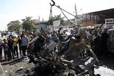 Moradores aglomeram-se em torno do local de explosão de uma bomba em Sadr City, no nordeste de Bagdá, Iraque. 17/02/2013 REUTERS/Wissm al-Okili
