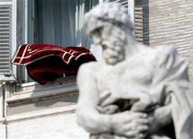 El cardenal Kurt Koch, un cercano asesor del papa Benedicto XVI que podría votar para elegir al próximo líder de la Iglesia católica, dijo que existía la posibilidad de que el nuevo pontífice provenga de América Latina o África. En la imagen, un tapiz ondea tras la plegaria dominical del Angelus en la plaza San Pedro del Vaticano, el 17 de febrero de 2013. REUTERS/Max Rossi