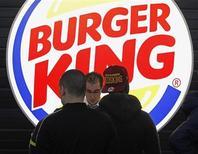 Клиенты ресторанной сети Burger King стоят в очереди за едой в аэропорту в Мариньяне, 22 декабря 2012 года. Прибыль сети фастфуда Burger King Worldwide Inc выросла на 94 процента в четвертом квартале 2012 года за счет снижения расходов и расширения меню, стимулировавшего продажи в США и Канаде. REUTERS/Jean-Paul Pelissier