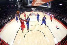 Chris Paul des Los Angeles Clippers (3) monte au panier lors du All-Star Game de la NBA qui a vu l'équipe de la Conférence Ouest s'imposer dimanche pour la troisième année consécutive à la faveur de sa victoire 143-138 contre l'équipe de l'Est. Chris Paul a été élu meilleur joueur de la rencontre. /Photo prise le 17 février 2013/REUTERS/Ronald Martinez