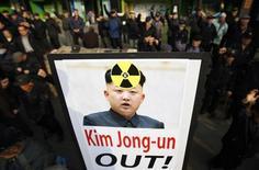 Акция протеста против ядерных испытаний КНДР, проходящая в Сеуле 31 января 2013 года. Северная Корея сообщила Китаю, своему главному союзнику, что готова провести одно или даже два ядерных испытания в этом году, в попытке принудить США к дипломатическим переговорам с Пхеньяном, сообщил источник, знакомый с ситуацией. REUTERS/Kim Hong-Ji