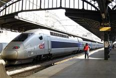 La SNCF a redressé l'an dernier ses résultats financiers malgré des dépréciations d'actifs de sa filiale de transport et de logistique Geodis. La compagnie publique ferroviaire française a dégagé en 2012 un bénéfice net, part du groupe, de 383 millions d'euros, contre 125 millions en 2011. /Photo d'archives/REUTERS/Charles Platiau