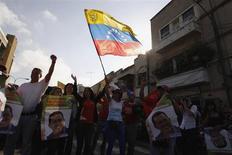 Partidários do presidente da Venezuela, Hugo Chávez, comemoram no exterior de um hospital militar após sua surpreendente volta a Caracas. 18/02/2013 REUTERS/Ewin Montilva