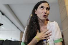 Blogueira cubana Yoani Sánchez fala a jornalistas em Feira de Santana, na Bahia, nesta segunda-feira. 18/02/2013 REUTERS/Ueslei Marcelino