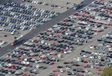 Автомобили в грузовом терминале в порту Бремерхафена 8 октября 2012 года. Продажи новых автомобилей в странах Евросоюза в январе 2013 года опустились на 8,5 процента в годовом исчислении, сообщила Ассоциация европейских автопроизводителей во вторник. REUTERS/Fabian Bimmer