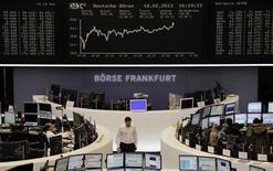 Трейдеры на торгах фондовой биржи во Франкфурте-на-Майне 18 февраля 2013 года. Европейские акции растут благодаря неожиданно высокой выручке французского продуктового гиганта Danone в 2012 году. REUTERS/Remote/Janine Eggert
