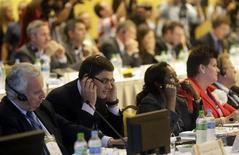 El alcalde de Río de Janeiro Eduardo Paes reconoció el lunes, en el primer día de reuniones con autoridades del Comité Olímpico Internacional (COI), su preocupación con la infraestructura hotelera de la ciudad para los Juegos del 2016. En la imagen, el ex nadador ruso Alexander Popov (segundo por la izquierda) miembrro del COI en la reunión de coordinación del COI para los Juegos de Río, el 18 de febrero de 2013. REUTERS/Ricardo Moraes