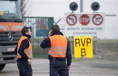 Ladrones vestidos como policías y armados con ametralladoras han robado 120 lotes de diamantes valorados en millones de dólares de la pista de aterrizaje del aeropuerto de Bruselas, en uno de los mayores robos que ha sufrido este sector. En la imagen, guardias de seguridad en la puerta de mercancías del aeropuerto internacional Zaventem de Bruselas el 19 de febrero de 2013. REUTERS/Eric Vidal