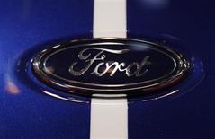 Las ventas europeas de automóviles de Ford, PSA Peugeot Citroen y Toyota se hundieron a nuevos mínimos en enero, iniciando 2013 con un descenso del 8,5 por ciento, dijo el martes la Asociación de Fabricantes de Automóviles de Europa. En la imagen, el logo de Ford en una presentación en Essen el 30 de noviembre de 2012. REUTERS/Ina Fassbender