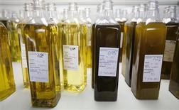 El déficit comercial de España se redujo un 33,6 por ciento el pasado año a 30.757 millones de euros, según cifras anunciadas el martes por el Ministerio de Industria y Comercio. Imagen de archivo de unas botellas de aceite de oliva en una empresa de la localidad sevillana de Dos Hermanas en septiembre de 2012. REUTERS/Marcelo del Pozo