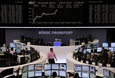 Operadores trabalham em frente à tela do índice DAX na bolsa de valores de Frankfurt, Alemanha. As ações europeias fecharam em alta nesta terça-feira, com dados de confiança alemã acima do esperado levando investidores a retornarem a setores economicamente sensíveis como o automobilístico e o tecnológico após uma série de três sessões de queda. 19/02/2013 REUTERS/Remote/Janine Eggert