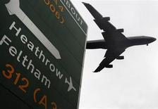 Los sólidos resultados del holding aeroportuario británico Heathrow y de la autopista canadiense ETR permitieron al grupo español Ferrovial cosechar unos beneficios superiores a lo esperado en 2012. En la imagen de archivi, un avión despega del aeropuerto de Heathrow operado por la compañía, en Londres, el 13 de febrero de 2012. REUTERS/Luke MacGregor