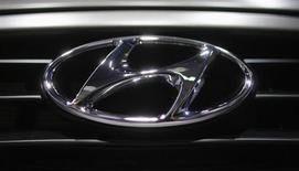 A Hyundai logo is seen on a car at the Paris Mondial de l'Automobile, September 28, 2012. REUTERS/Christian Hartmann