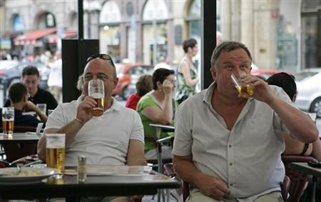 British tourists drink beer in central Prague August 12, 2008. REUTERS/David W Cerny