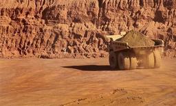 Грузовик горнорудной компании Fortescue Metals Group работает на месторождении под Порт-Хедлендом (Австралия), 25 июля 2011 года. Австралийская горнорудная компания Fortescue Metals Group снизила полугодовую прибыль на 40 процентов из-за падения цен на железную руду, но указала на рост спроса со стороны китайских сталелитейных компаний. REUTERS/Morag MacKinnon