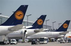 Самолеты Deutsche Lufthansa стоят в аэропорту во Франкфурте-на-Майне, 7 апреля 2010 года. Чистая прибыль Deutsche Lufthansa AG в 2012 году составила 990 миллионов евро благодаря продаже активов, сообщила крупнейшая в Европе по числу перевезенных пассажиров группа авиакомпаний. REUTERS/Johannes Eisele