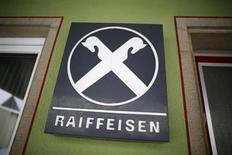 Логотип Raiffeisen у здания банка Raiffeisen Gammesfeld eG в Гаммесфельде 8 февраля 2013 года. Raiffeisen Bank International в среду предложил повысить дивиденды за 2012 год на 12 центов до 1,17 евро на акцию, несмотря на то, что получил убыток в четвертом квартале. REUTERS/Lisi Niesner