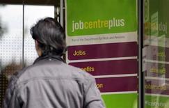 L'Office national de la statistique britannique a dénombré 12.500 chômeurs indemnisés de moins en janvier qu'en décembre. Les économistes interrogés par Reuters s'attendaient à une baisse de 5.000. /Photo d'archives/REUTERS/Stefan Wermuth