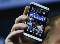 Le groupe taïwanais HTC a dévoilé mardi soir un nouveau smartphone haut de gamme fonctionnant sous le système Android de Google. Le HTC One dispose notamment d'une nouvelle interface logicielle qui permet de remplacer les traditionnelles icônes de la page d'accueil par un écran personnalisé. /Photo prise le 19 février 2013/REUTERS/Brendan McDermid