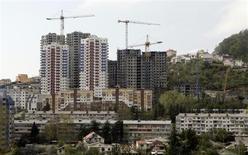 Вид на стройку в Сочи 9 апреля 2008 года. Объем сделок по покупке квартир в РФ почти прекратил расти в 2012 году, прибавив всего 9 процентов, участники рынка говорят о стагнации при ценах, не успевающих за инфляцией. REUTERS/Grigory Dukor