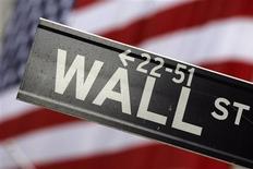 Wall Street est dépourvue de tendance à l'ouverture mercredi, alors qu'une certaine confusion entoure le projet de fusion entre Office Depot et OfficeMax et que le marché aspire, pour le reste, à une consolidation. L'indice Dow Jones abandonne 0,04% au bout de sept minutes d'échanges, après une ouverture en petite hausse. Le Standard & Poor's cède 0,13% et le Nasdaq recule de 0,06%. /Photo d'archives/REUTERS/Eric Thayer