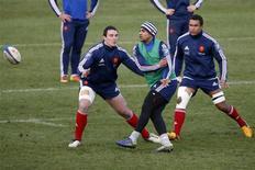 """Louis Picamoles (à gauche) à l'entraînement à Marcoussis avec Wesley Fofana (au centre) et Thierry Dusautoir. Le Toulousain n'a que faire de l'identité des adversaires du XV de France, même à trois jours d'un """"crunch"""" en Angleterre car le troisième ligne ne se soucie que d'une équipe, la sienne, et s'agace de la voir mise si bas après avoir été portée si haut. /Photo prise le 7 février 2013/REUTERS/Charles Platiau"""