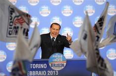 Ex-premiê italiano Silvio Berlusconi gesticula durante comício em Turin, Itália. Berlusconi irritou seus adversários políticos ao enviar cartas a milhões de italianos prometendo a restituição dos impostos pagos em 2012, numa última cartada antes da eleição do próximo fim de semana. 17/02/2013 REUTERS/Giorgio Perottino