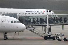 Selon le site d'informations économiques, qui cite plusieurs sources syndicales, la compagnie Air France a signé un nouvel accord collectif avec les hôtesses et stewards, après l'échec de premières négociations l'été dernier, pour un période allant d'avril 2013 au 31 octobre 2016. /Photo prise le 8 janvier 2013/REUTERS/Charles Platiau