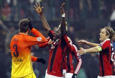 Muntari (C) comemora gol do Milan contra o Barcelona nesta quarta-feira. O time de Milão venceu por 2 x 0. REUTERS/Alessandro Garofalo (