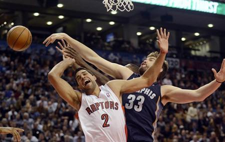Toronto Raptors Landry Fields (L) drives to the basket against Memphis Grizzlies Marc Gasol (33) during the first half of their NBA basketball game in Toronto, February 20, 2013. REUTERS/Aaron Harris