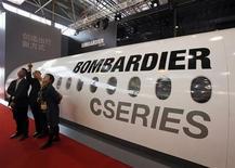 Посетители на стенде Bombardier на выставке China International Aviation & Aerospace Exhibition в Чжухае 13 ноября 2012 года. Bombardier Inc продаст российской лизинговой компании Ильюшин Финанс до 42 своих реактивных лайнеров серии С, сообщил канадский авиапроизводитель в среду. REUTERS/Bobby Yip