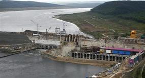 Вид с воздуха на строящуюся Богучанскую ГЭС на реке Ангара у города Кодинска 28 июля 2011 года. Региональная энергокомпания Иркутскэнерго, входящая в холдинг Олега Дерипаски Евросибэнерго, ждет падения производства электроэнергии в текущем году на 5,1 процента из-за ввода новых гидрогенерирующих мощностей госкомпанией РусГидро и Русалом. REUTERS/Ilya Naymushin