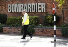 Мужчина проходит мимо входа на завод Bombardier в Дерби 5 июля 2011 года. Прибыль канадской транспортной компании Bombardier Inc упала на 93 процента в четвертом квартале из-за затрат на реструктуризацию в размере $119 миллионов. REUTERS/Darren Staples