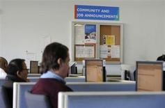 Candidats à la recherche d'un emploi à Atlanta. Les inscriptions hebdomadaires au chômage ont augmenté davantage que prévu aux Etats-Unis lors de la semaine au 16 février, à 362.000, contre 342.000 (révisé) la semaine précédente. /Photo d'archives/REUTERS/Tami Chappell