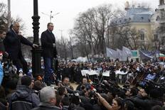 El Parlamento búlgaro aceptó el jueves la decisión del Gobierno de dimitir en vista de las protestas contra la austeridad, sumiendo al estado más pobre de la Unión Europea en una incertidumbre política que podría persistir más allá de las elecciones anticipadas. En la imagen, el primer ministro saliente Boiko Borisov (segundo por la izquierda) mira a sus partidarios mientrs sal del Parlamento en Sofía, el 21 de febrero de 2013. REUTERS/Stoyan Nenov