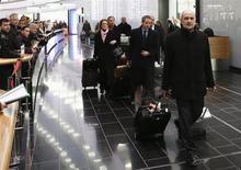 Irán comenzó a instalar centrífugadoras avanzadas en su principal planta de enriquecimiento de uranio, dijo el jueves un informe de Naciones Unidas, un desafío que preocupará a las potencias mundiales de cara a la reanudación de negociaciones con Teherán la semana próxima. En la imagen, Herman Nackaerts, jefe de la delegacióin de la Organización Internacional de la Energía Atómica (OIEA), tras su llegada al aeropuerto de Viena procedente de Irán, el 18 de enero de 2013. REUTERS/Leonhard Foeger
