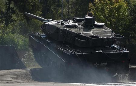 Leopard 2 tank takes part in a rehearsal for a training and information day of the German army Bundeswehr in Munster, Lower Saxony, September 19, 2012. Picture taken September 19. REUTERS/Morris Mac Matzen (GERMANY - Tags: MILITARY)
