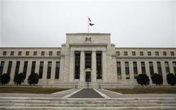 """Здание Федеральной резервной системы США в Вашингтоне, 26 января 2010 года. Руководство Федеральной резервной системы США, скорее всего, будет настаивать на продолжении программы скупки облигаций, несмотря на растущие опасения по поводу того, что эти покупки могут подстегнуть возникновение """"пузырей активов"""" или инфляцию, если будут чрезмерными. REUTERS/Jason Reed"""